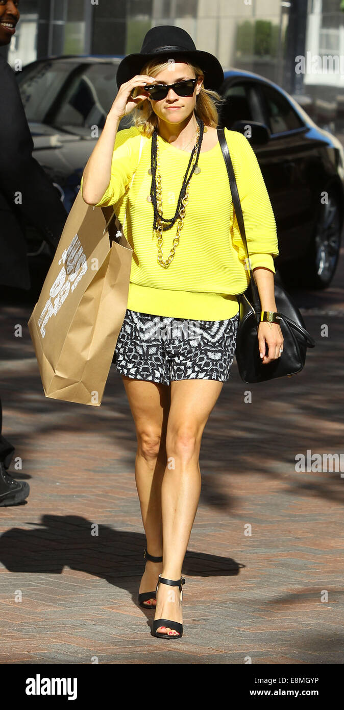 Reese Witherspoon wearing a bright canary yellow sweater and Stock ...