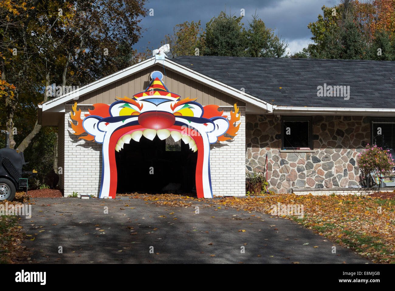 Halloween garage door covers - Scary Frightening Huge Clown Face With Teeth Covering The Entrance To A Garage Decorated For Halloween