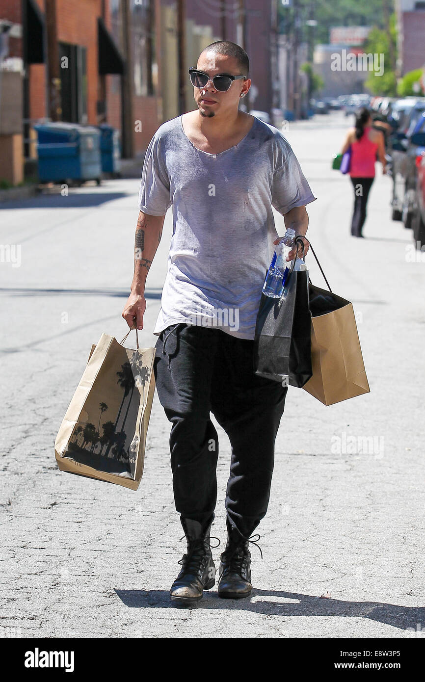 superior California Pizza Kitchen Studio City #7: Evan Ross shopping on Ventura Boulevard in Studio City with a large bag from California Pizza Kitchen Featuring: Evan Ross Where: Los Angeles, California, ...