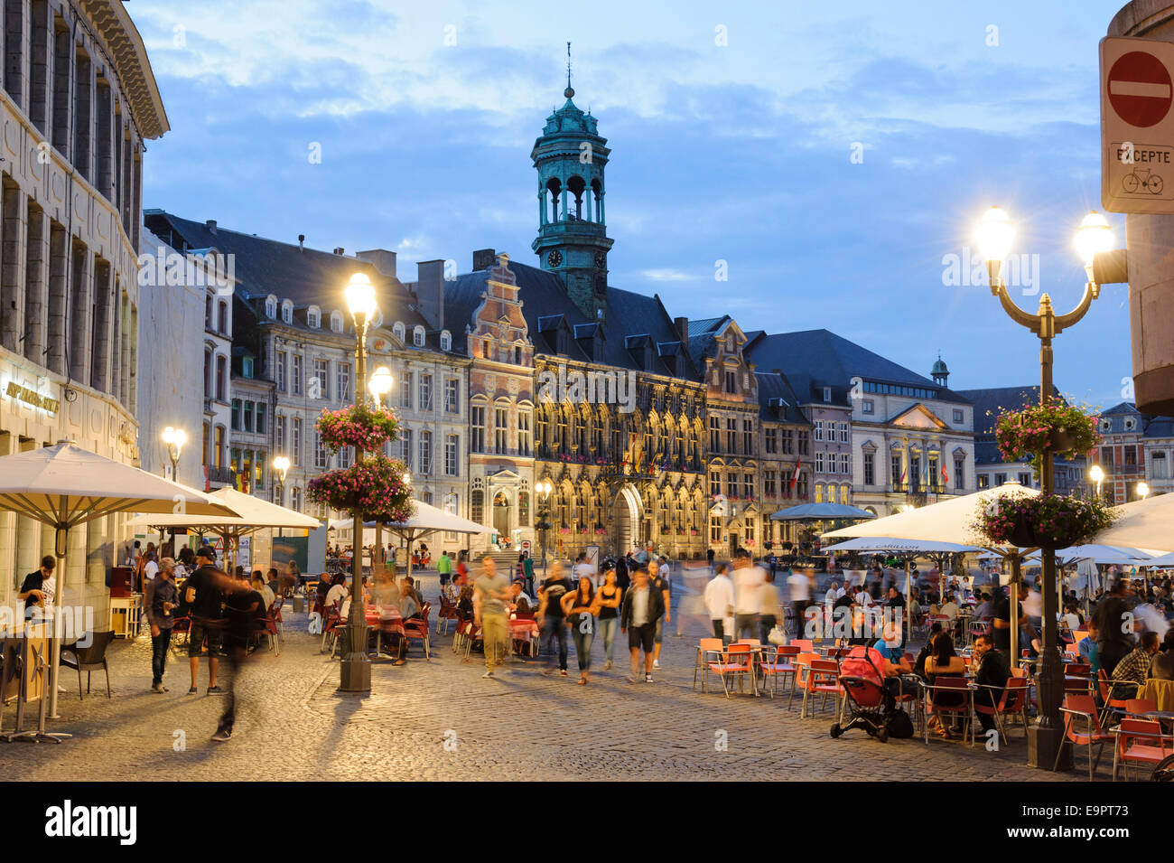 belebte grand place bei d mmerung rathaus mons hennegau wallonie stock photo 74875335 alamy. Black Bedroom Furniture Sets. Home Design Ideas