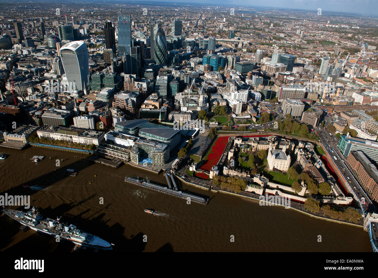 The Tower Of London With The River Of Poppies Rememberance Stock - Tower of london river of poppies