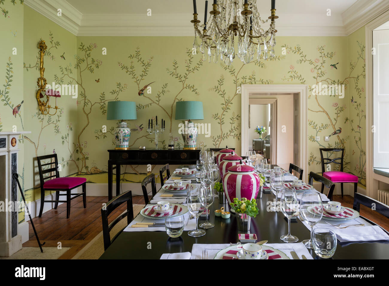 de Gournay Chinoiserie wallpaper in dining room with French ...