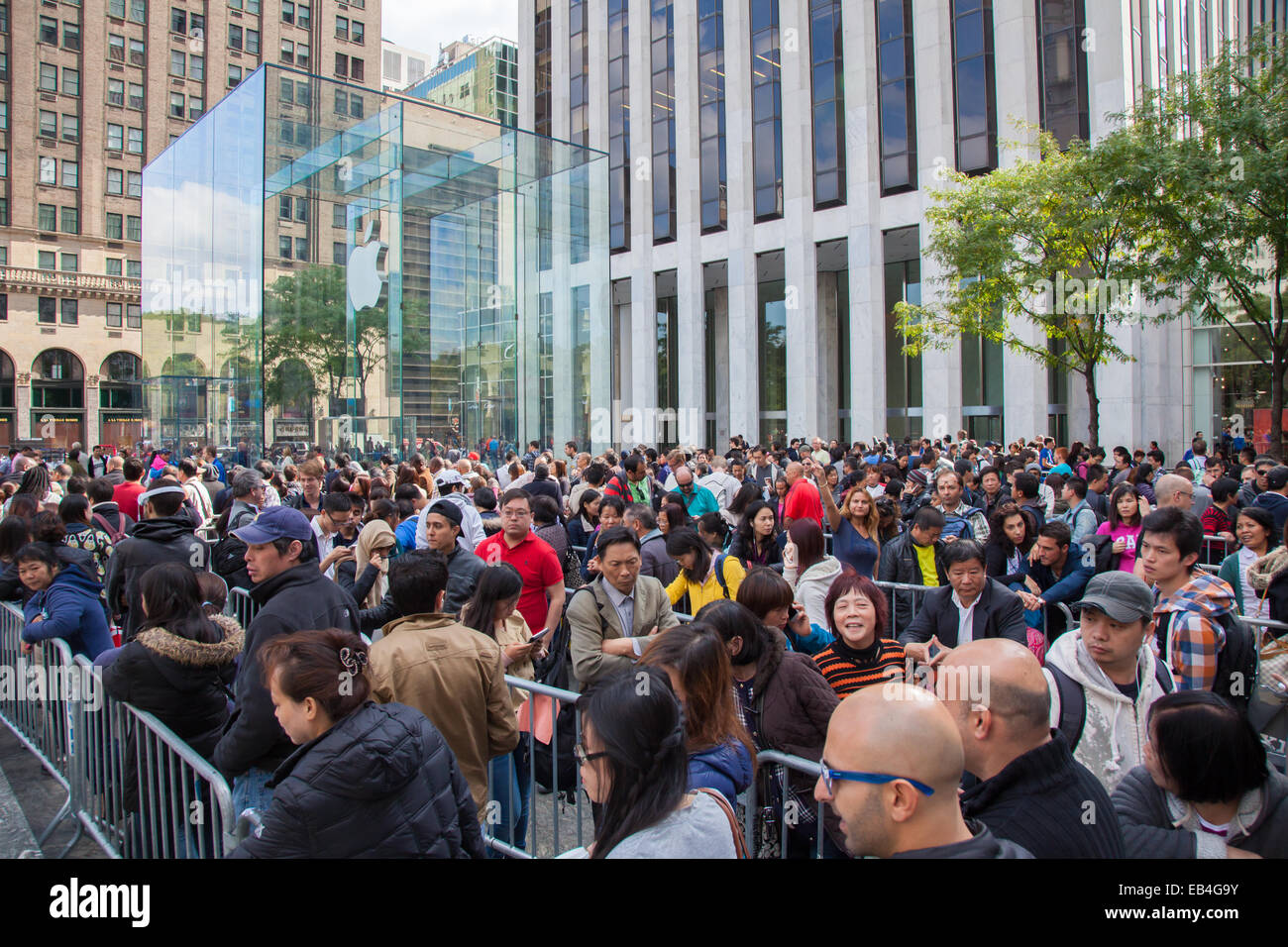 People Waiting For The IPhone 6 On Release Day In New York City