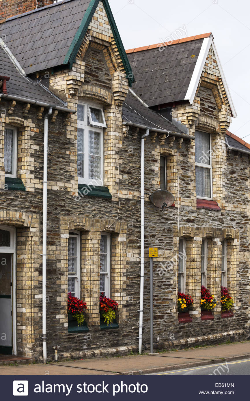 Brick and stone terraced houses with no front garden for Whats a terraced house