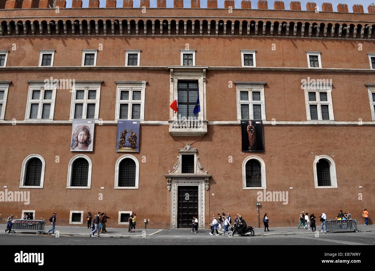 Roma italy palazzo venezia in piazza venezia stock photo for Palazzo delle esposizioni rome italy