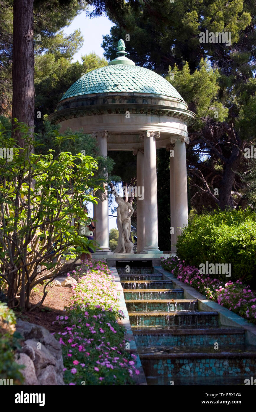 Garden of the villa ephrussi de rothschild with stone for Villa jardins ephrussi de rothschild