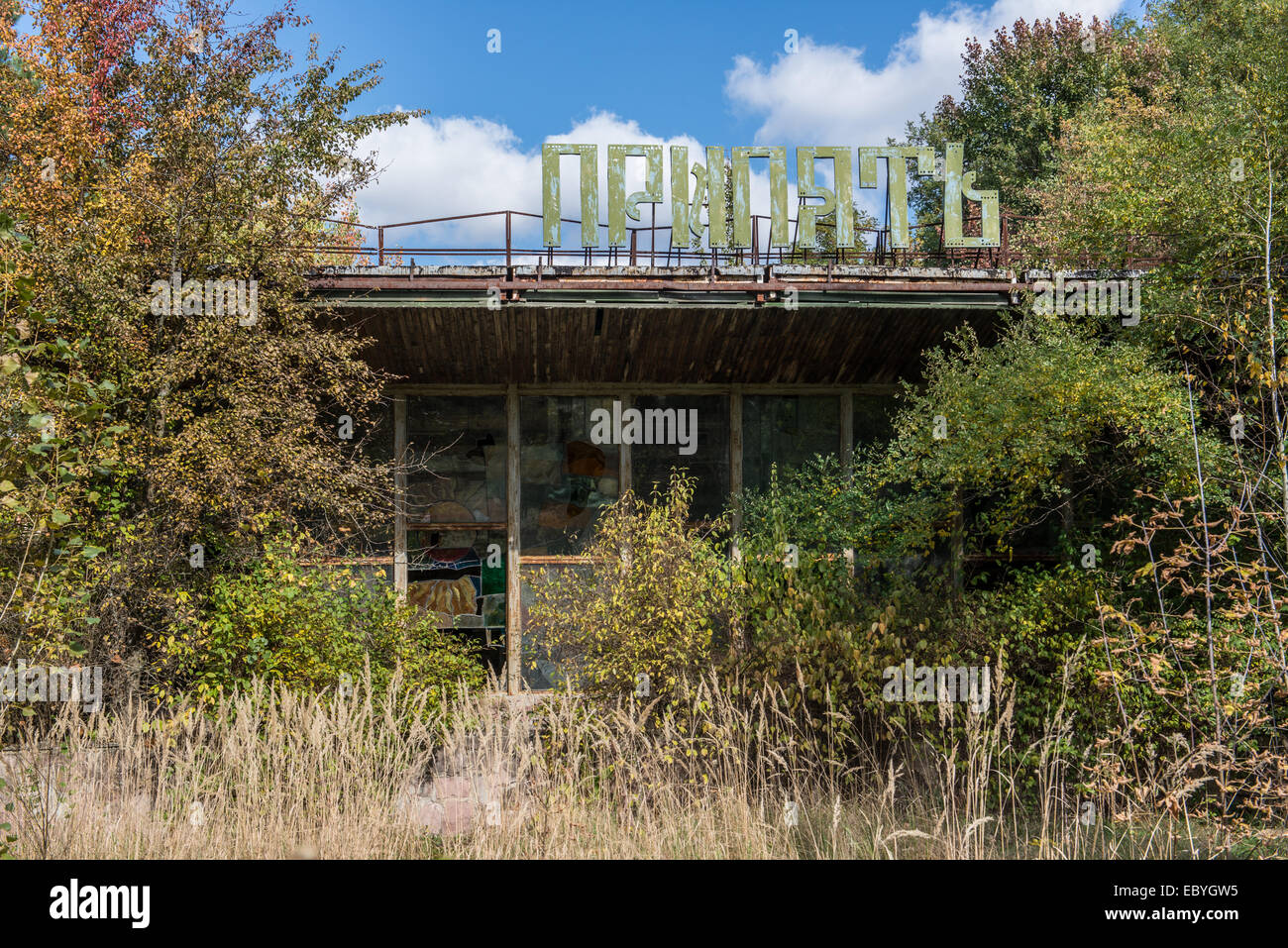 Drone RUIN - Page 12 Famous-cafe-pripyat-in-pripyat-abandoned-city-chernobyl-exclusion-EBYGW5