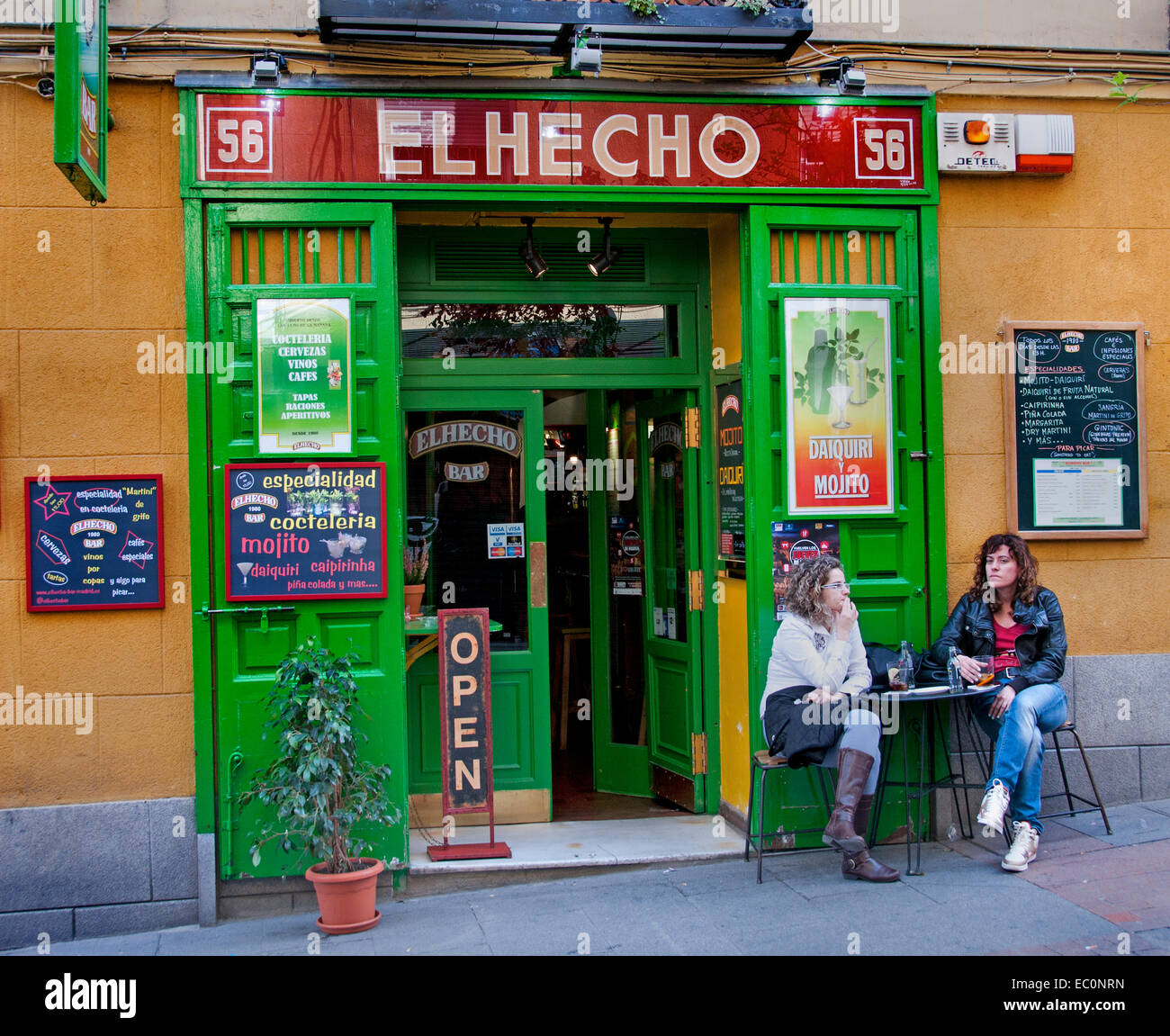 El helco bar pub cafe restaurant madrid two women stock for Cafe el jardin madrid