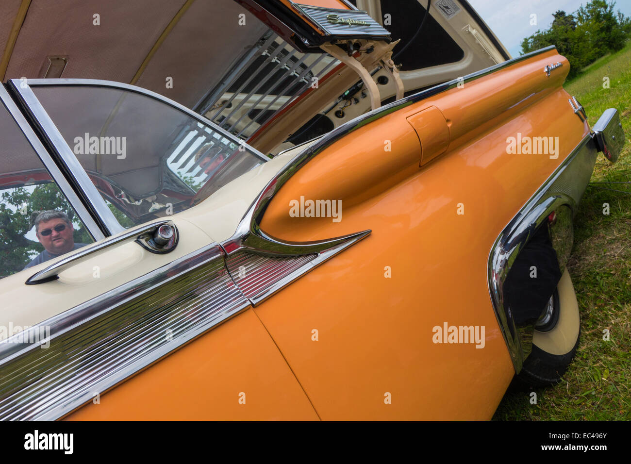 ford-galaxie-skyliner-in-orange-and-crea