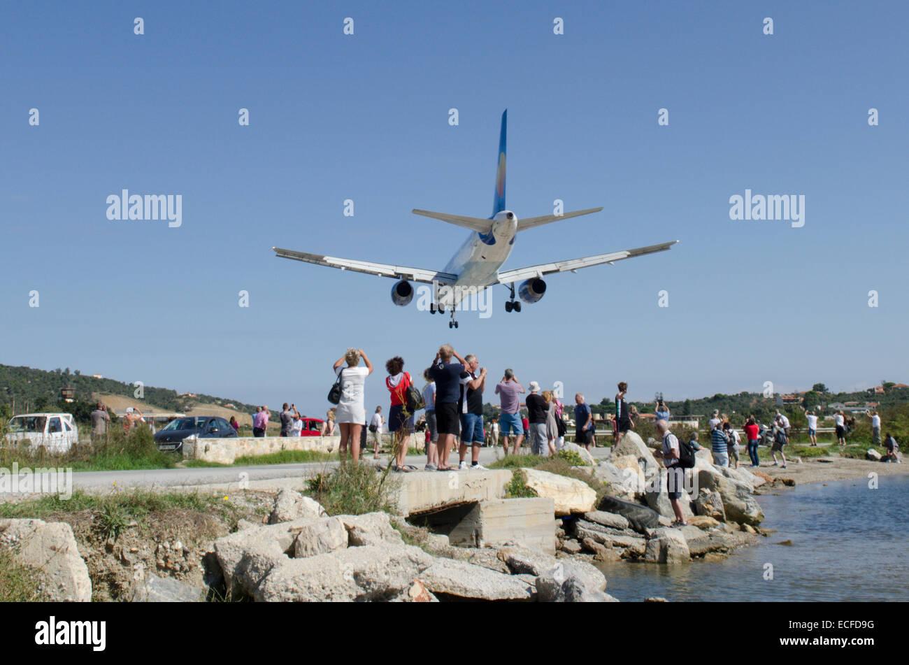 Aeroporto Skiathos : Plane landing on the runway at skiathos airport sliathos