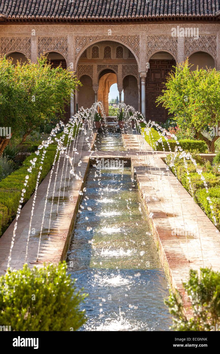 Granada spain palacio de generalife palace patio de la for Generalife gardens
