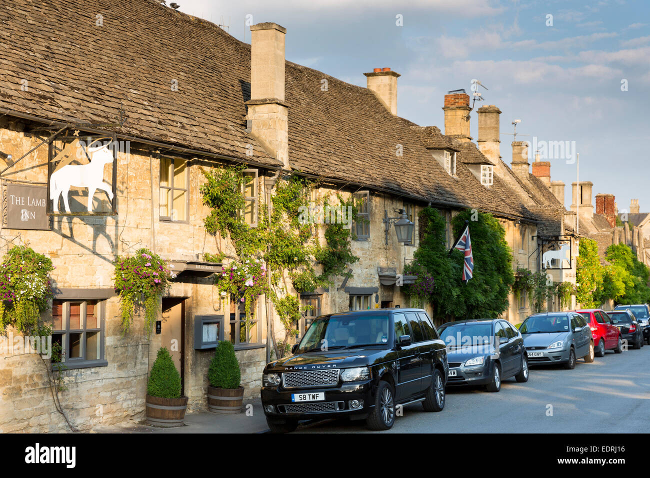 range rover 4 x 4 parked at the lamb inn traditional old gastro pub stock photo royalty free. Black Bedroom Furniture Sets. Home Design Ideas