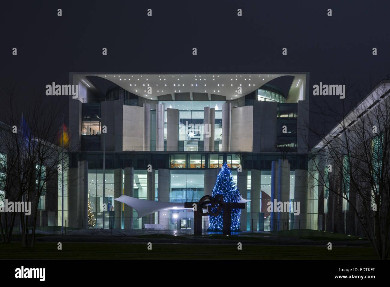 weihnachtsbaum vor dem neuen bundeskanzleramt berlin. Black Bedroom Furniture Sets. Home Design Ideas