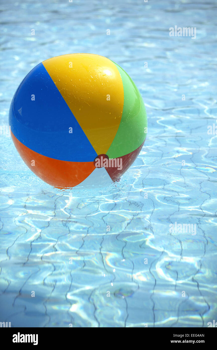 aussen pool wasserball ball bunt farbe wasser blau sommer urlaub stock photo 77801325 alamy. Black Bedroom Furniture Sets. Home Design Ideas