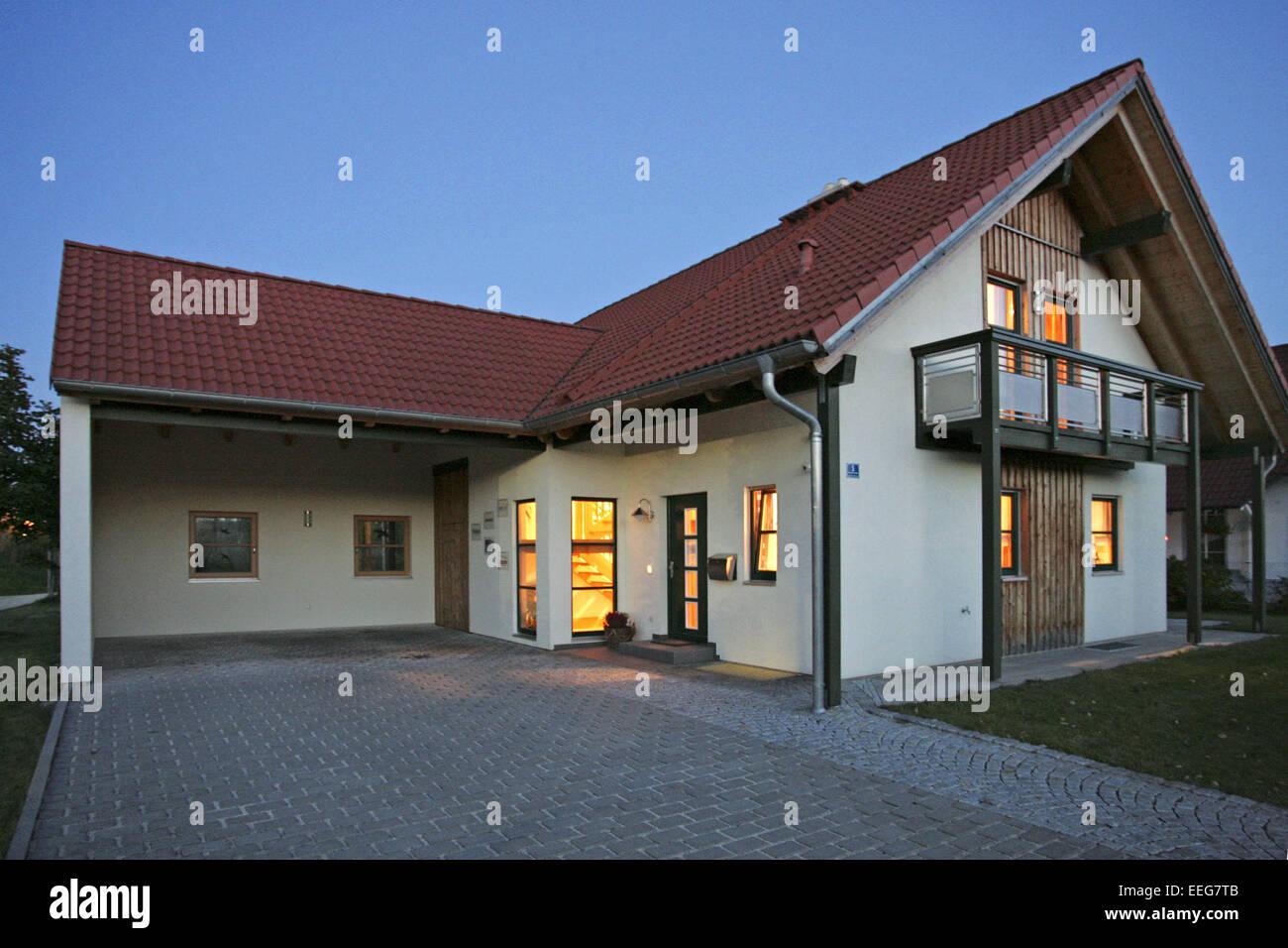 Haus Beleuchten einfamilienhaus bei nacht beleuchtet architektur haus wohnhaus stock