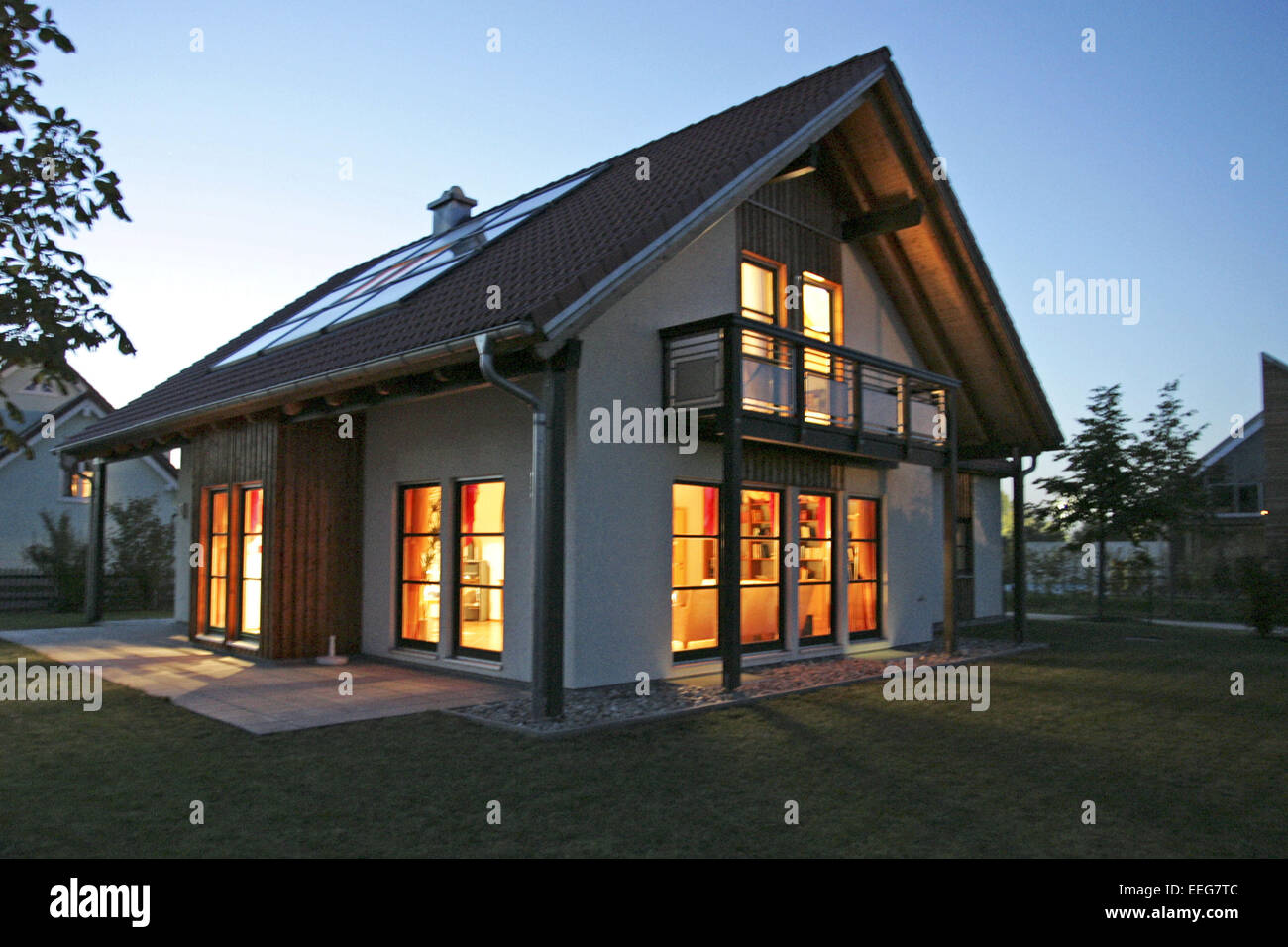 einfamilienhaus bei nacht beleuchtet architektur haus wohnhaus stock photo royalty free image. Black Bedroom Furniture Sets. Home Design Ideas