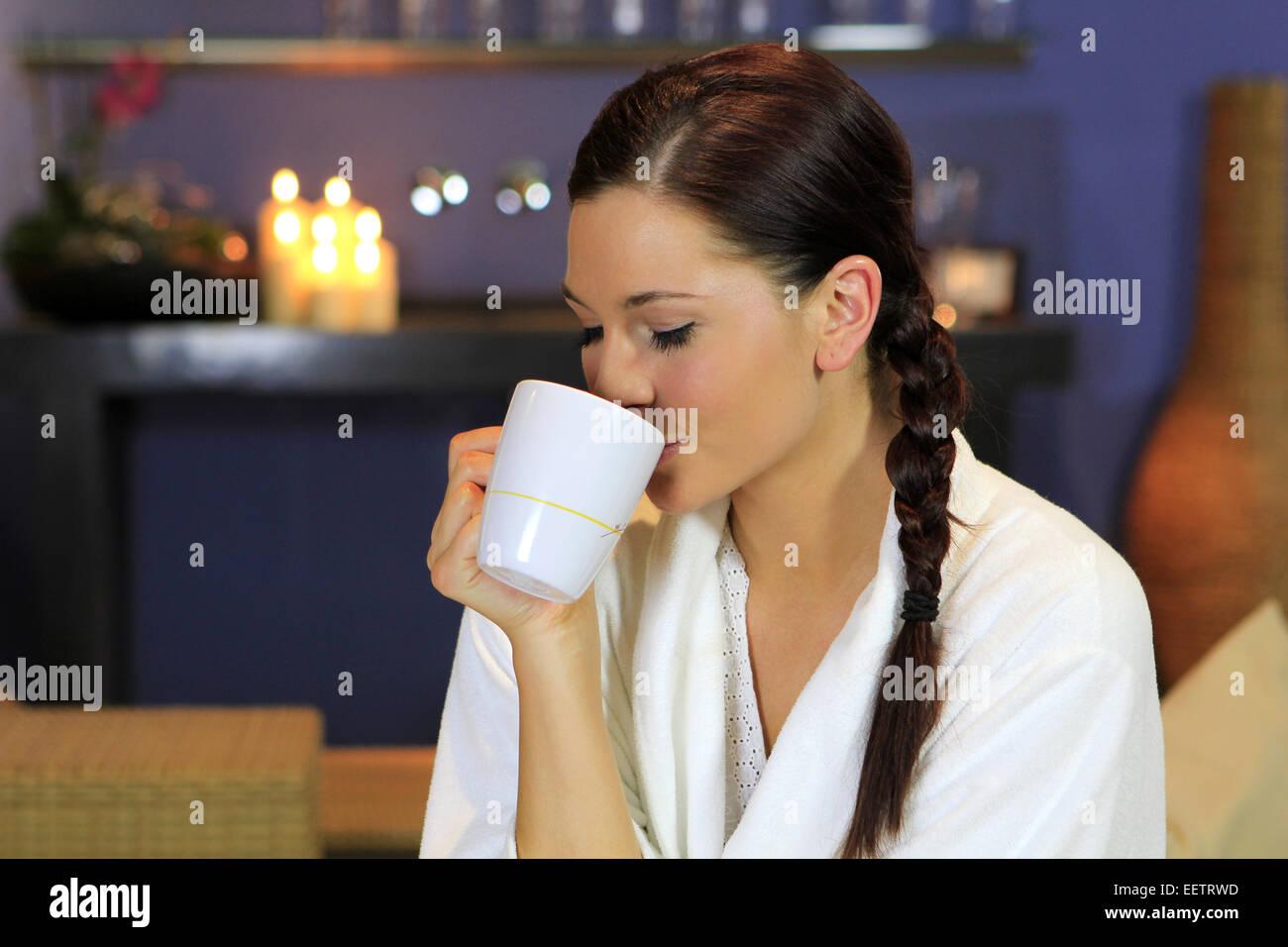 Spa wellness frau  Hübsche junge Frau trinkt Tee in einem Wellness Hotel, Pretty ...