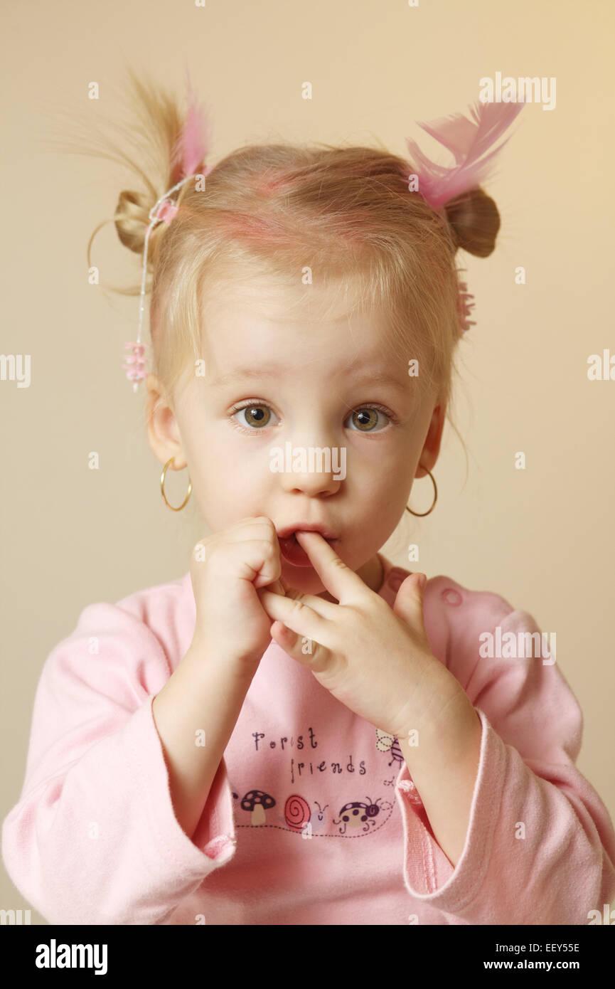 kind maedchen blond grimasse portrait 2 3 jahre kleinkind stock photo royalty free image. Black Bedroom Furniture Sets. Home Design Ideas