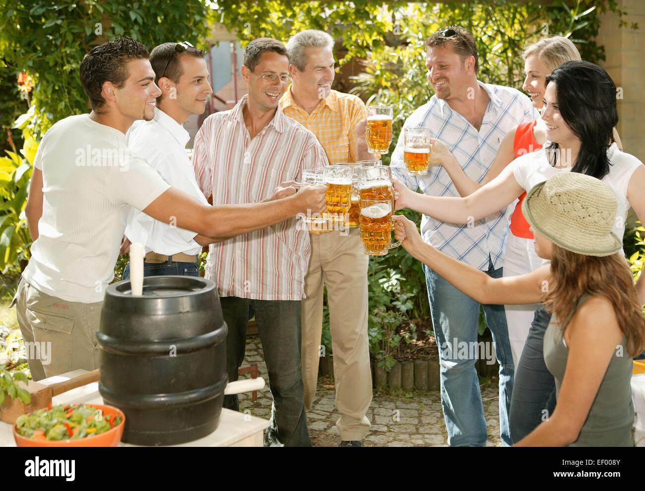 Garten grillparty mann frau freizeit gartenparty gute - Gartenparty essen ...