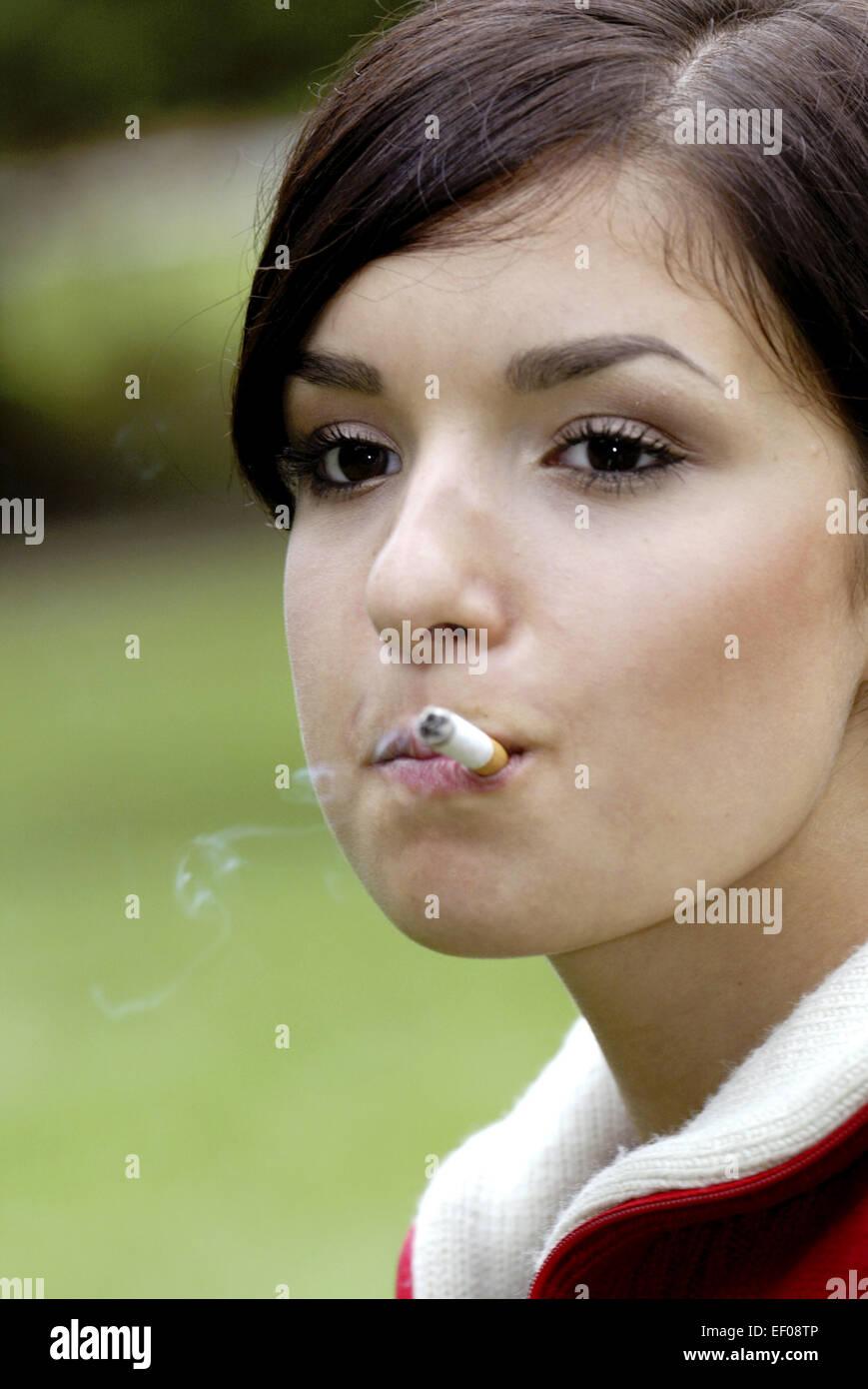 Blonde Teenager rauchen Zigarette 593