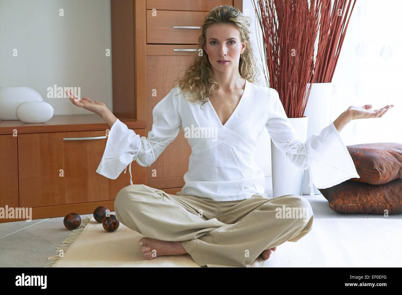 Wohnzimmer Frau Jung Sitzen Meditieren Lotussitz Women Innen