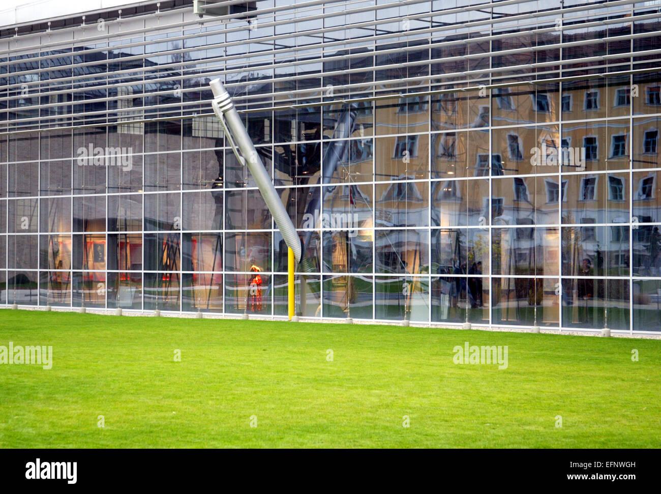 architektur modern fassade glasfassade glas fenster aussen rasen haus stockfoto lizenzfreies. Black Bedroom Furniture Sets. Home Design Ideas