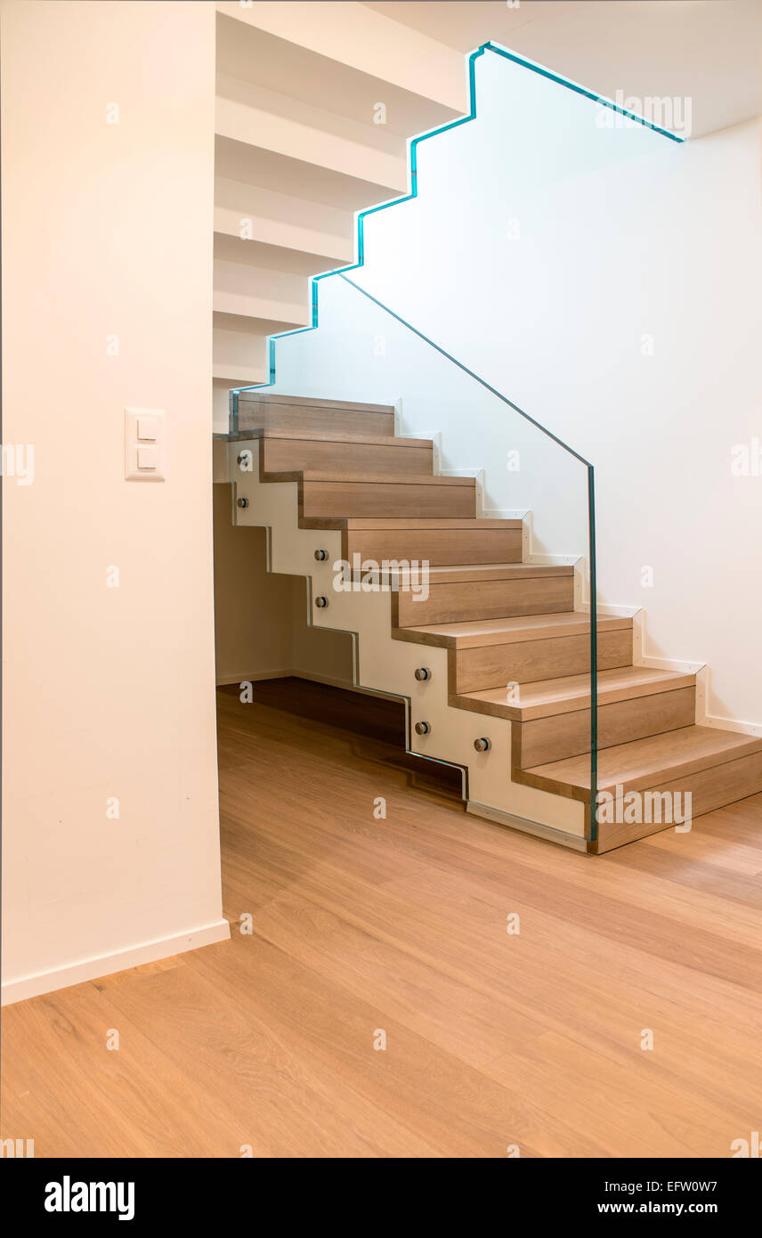 Villa treppenhaus modern  Simple wooden staircase in a modern Apartment building ...