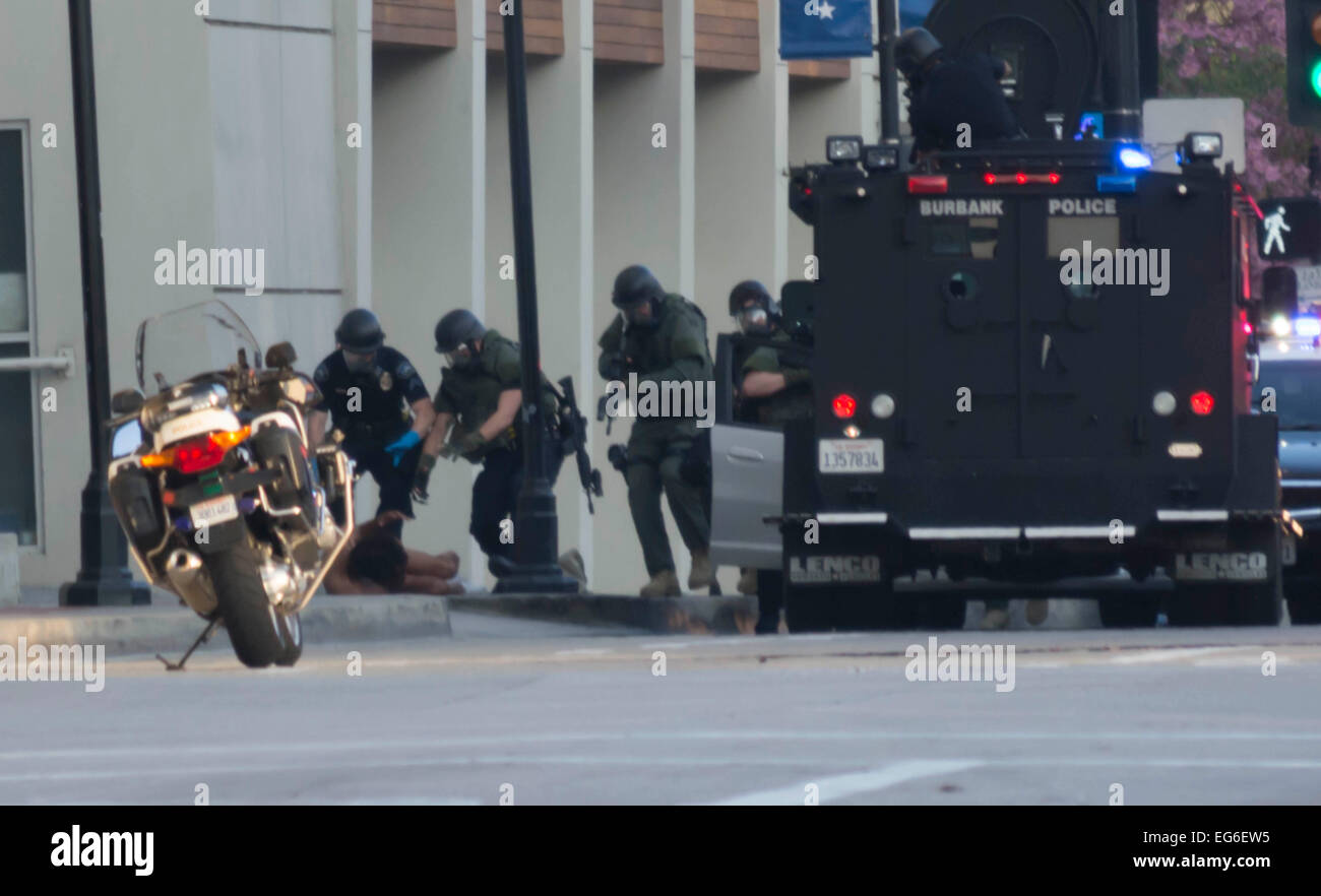 Burbank, California, USA. 17th Feb, 2015. Burbank Police approach barricaded suspect after using non lethal round Stock Photo
