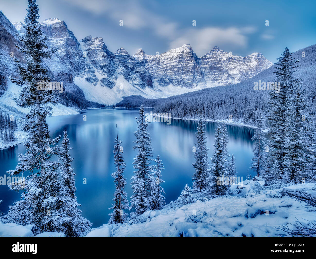 Hình Phong Cảnh Mùa Đông First-snow-of-the-season-on-moraine-lake-banff-national-park-alberta-EJ13M9