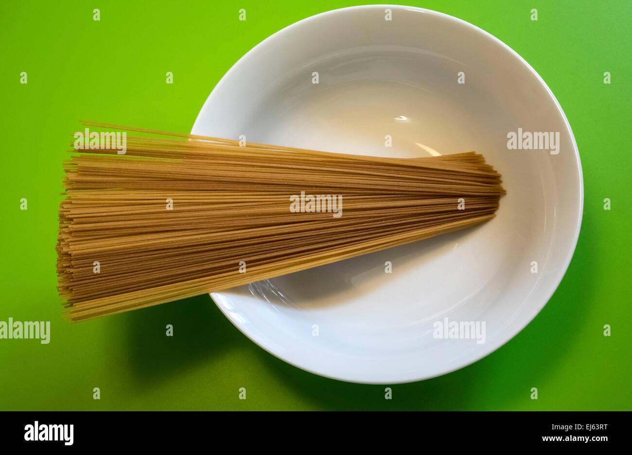 dry-whole-wheat-spaghetti-EJ63RT.jpg