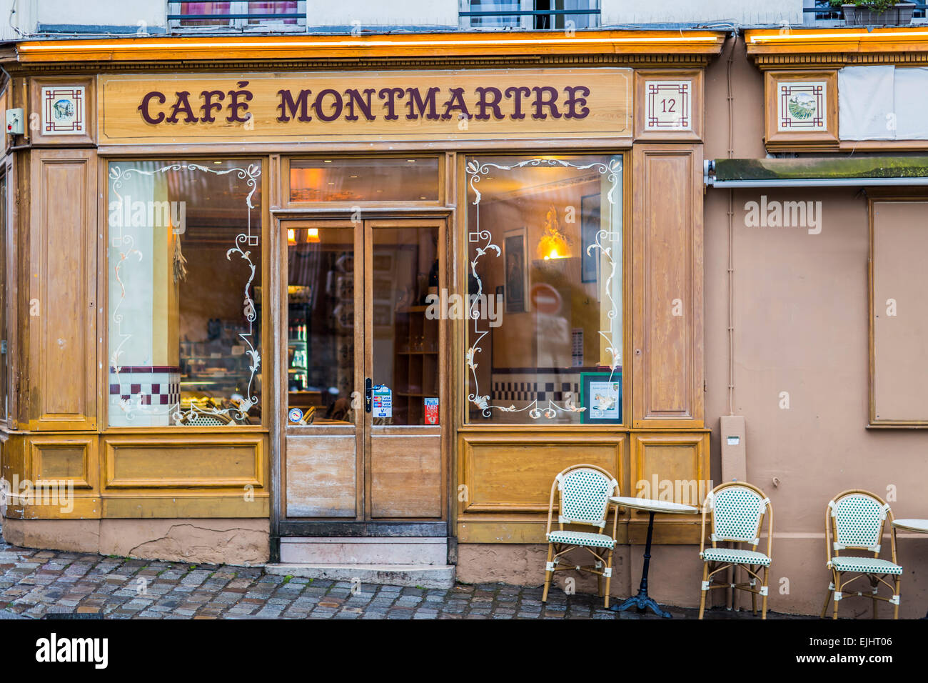 Outdoor cafe restaurant cafe montmartre in paris france for Restaurant miroir montmartre