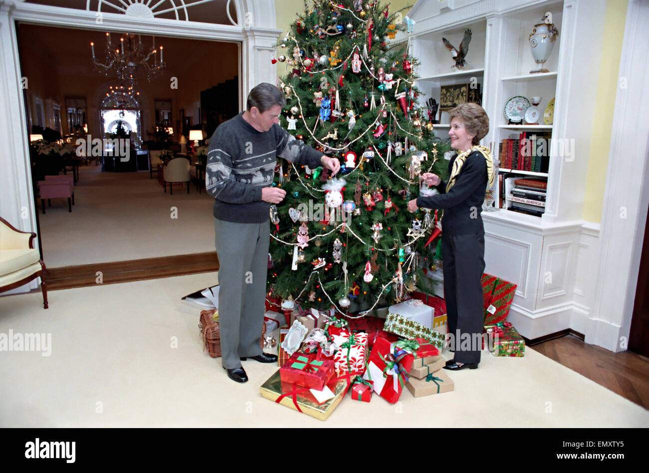 Collection First President To Decorate Christmas Tree ...