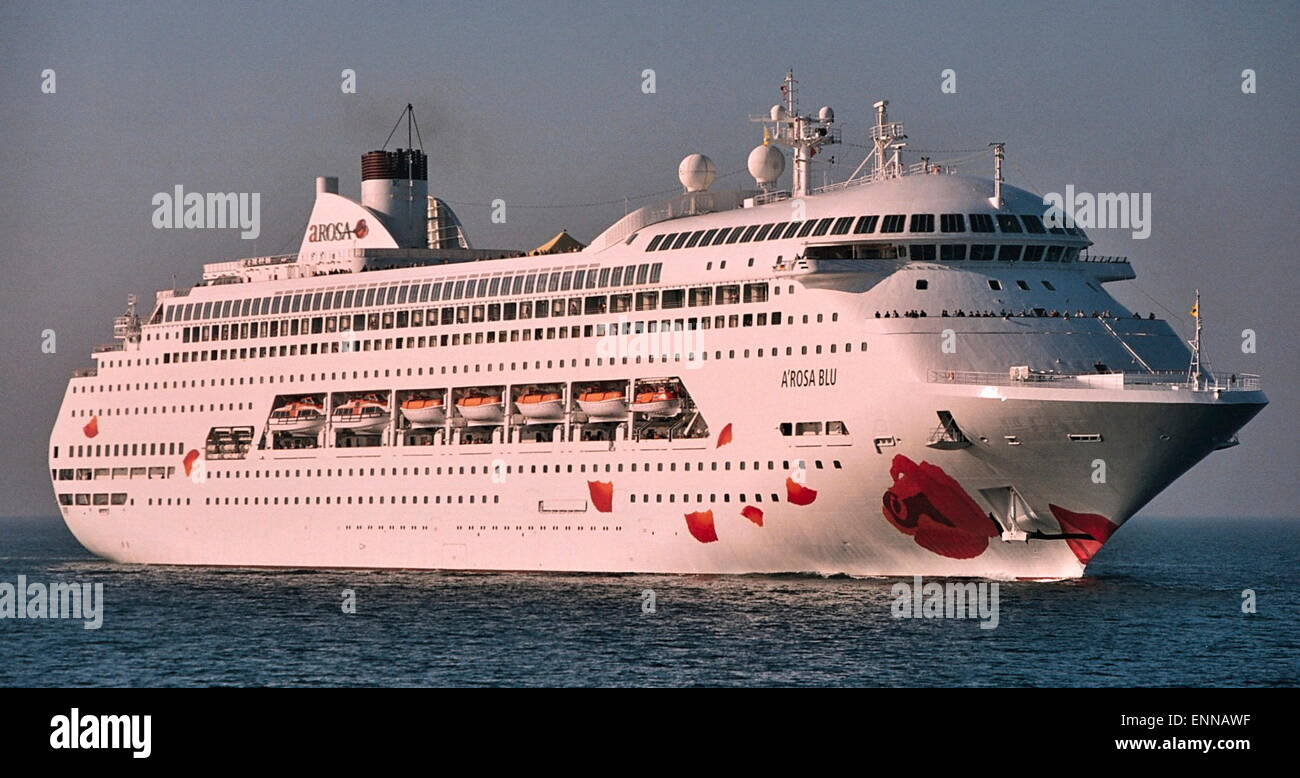 AJAXNETPHOTO PLYMOUTH ENGLAND EARLY ARRIVAL THE CRUISE - Cruise ship movements sydney harbour