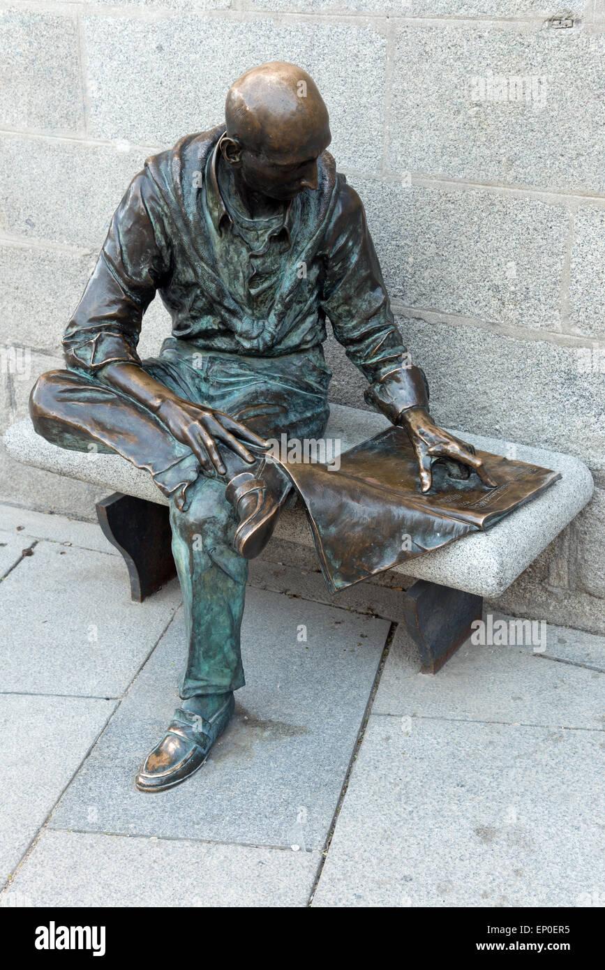 bronze statue of man reading a newspaper in the plaza de la paja la latina