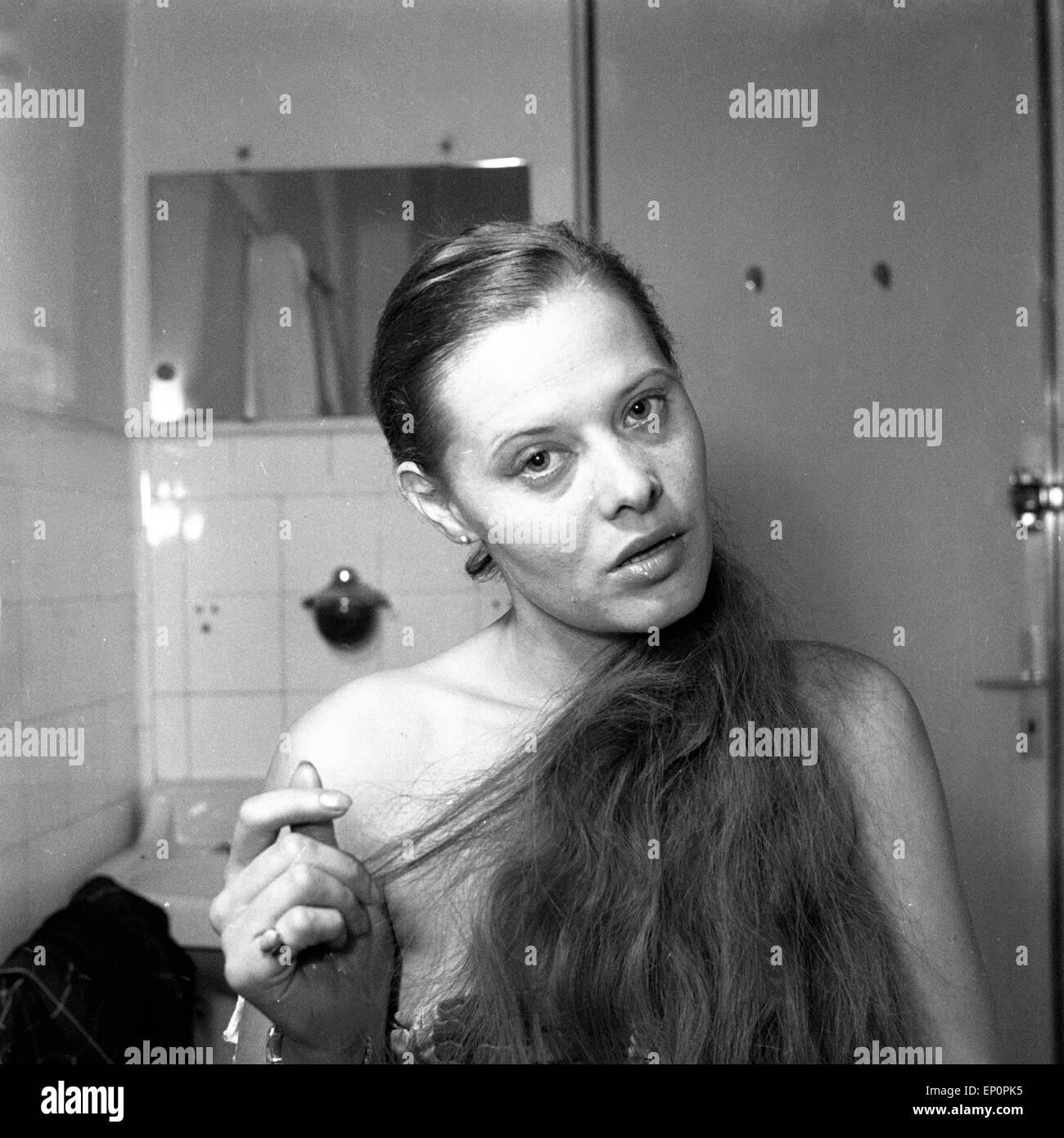 eine junge frau im badezimmer im deutschland der 1950er jahre. a, Badezimmer ideen