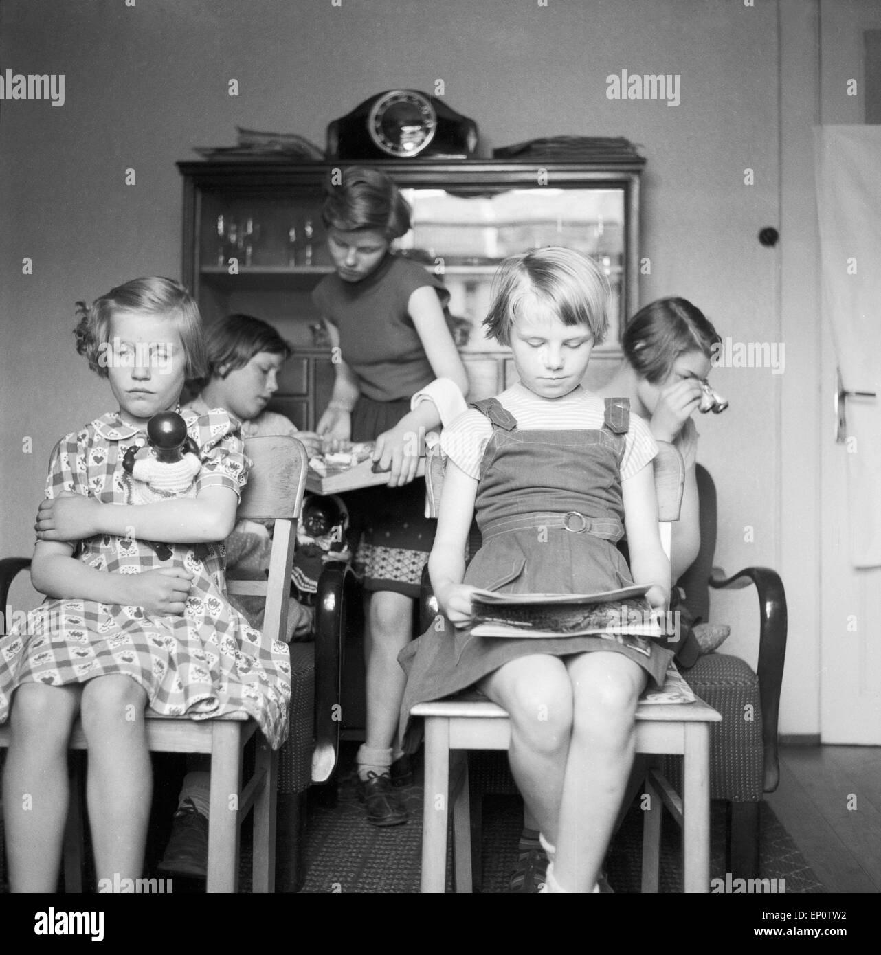 Kinder sitzen im Wohnzimmer als Publikum, Deutschland 1950er Jahre ...