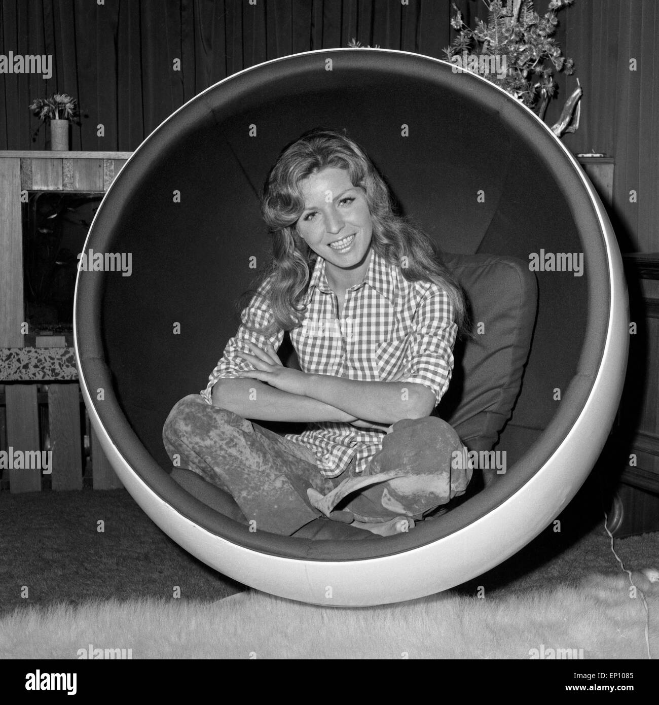 die deutsche schlagers ngerin manuela in einem kugelsessel in ihrem stock photo royalty free. Black Bedroom Furniture Sets. Home Design Ideas