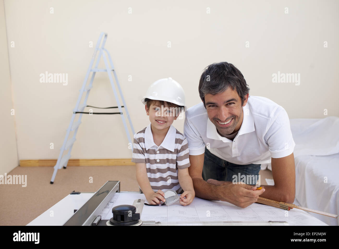 Merveilleux Smiling Dad And Little Boy Studying Architecture