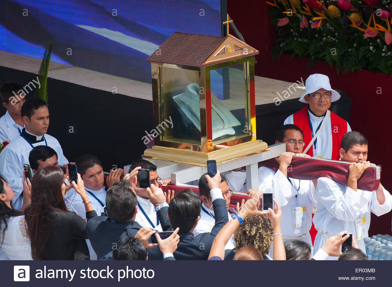 San salvador san salvador el salvador 23rd may 2015 san salvador san salvador el salvador 23rd may 2015 salvadoran catholic priests carry a relic the blood stained shirt of martyred archbishop oscar sciox Gallery