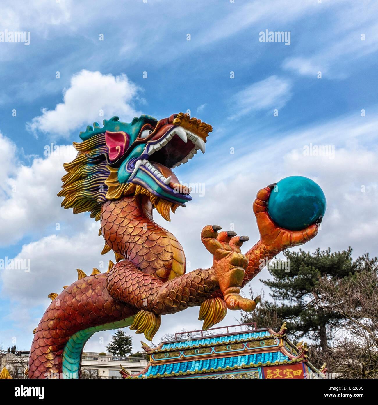 Traditional funfair ride chinese dragon jardin d for Bois de boulogne jardin d acclimatation