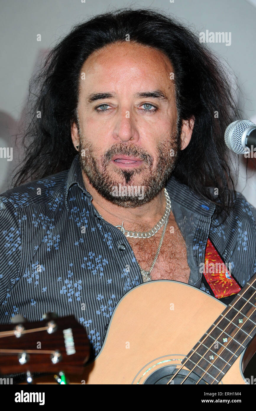 Download preview image - marco-mendoza-of-the-dead-daisies-during-a-gig-on-june-1-2015-at-the-ERH1M4