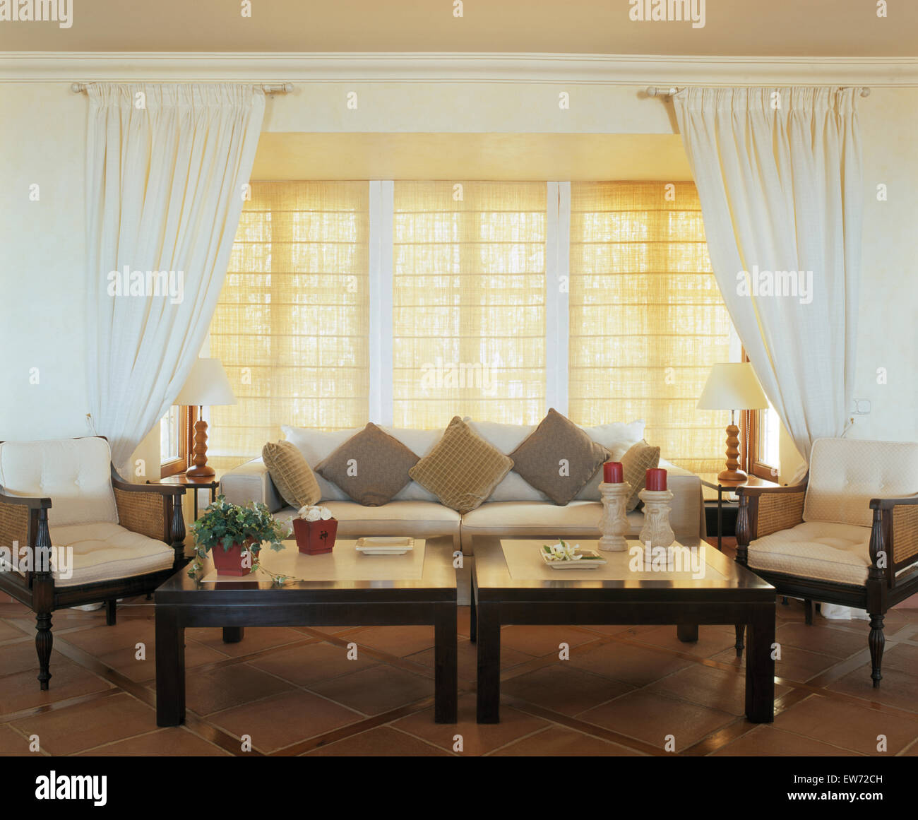 white curtains and split cane blinds on the window in spanish