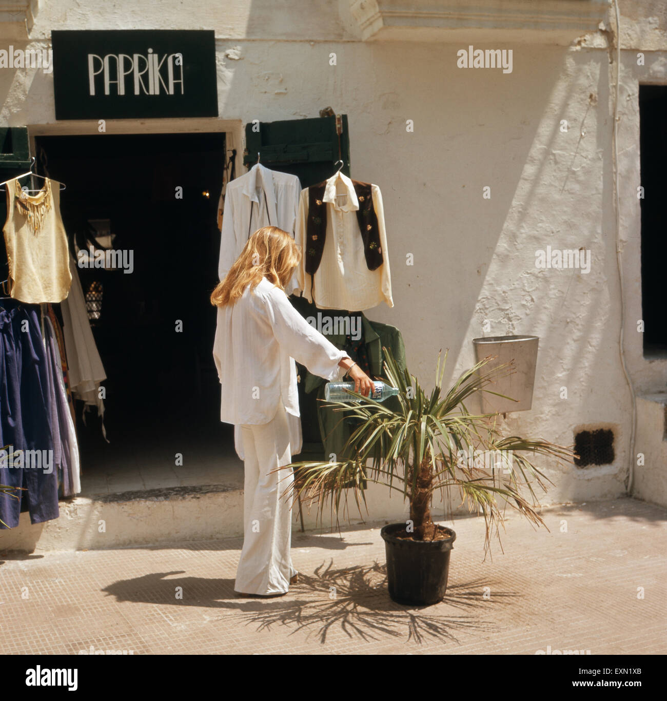 eine einkaufstour durch die boutiquen von ibiza stadt ibiza 1976 stock photo royalty free. Black Bedroom Furniture Sets. Home Design Ideas