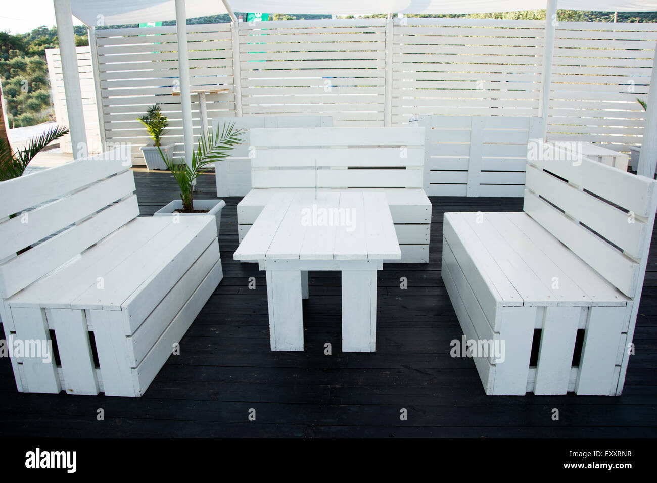 Industrial Palettes Furniture Painted In White For Beach Bar,fantastic Idea.