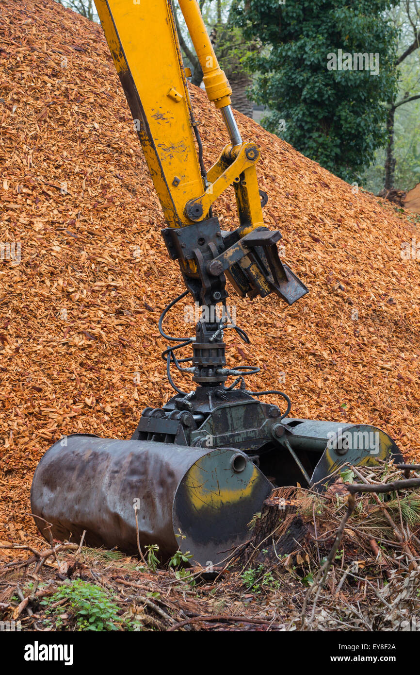 Wood Hydraulic Arm : Excavator arm used to load wood chips with a loading