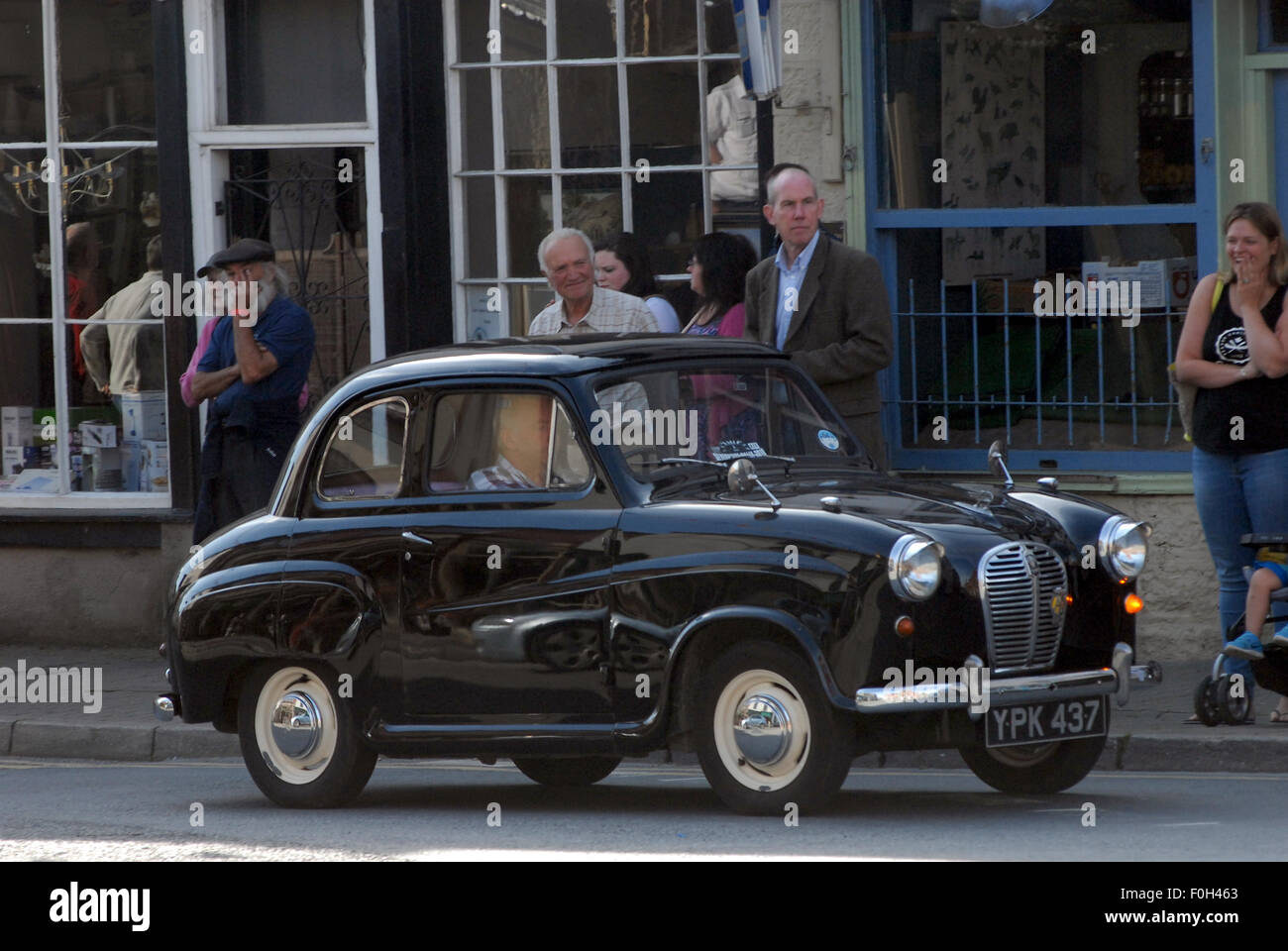 Kington Herefordshire UK 16.8.15 Vintage enthusiasts watch an old ...