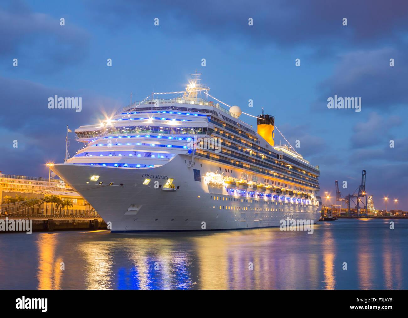 Costa magica cruise ship in port at night las palmas for Costa magica immagini