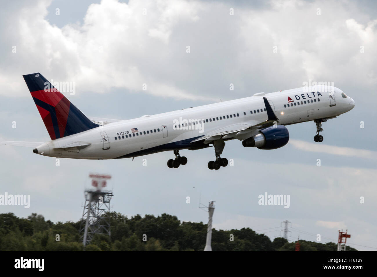 delta air lines boeing 757 2q8 taking off from manchester. Black Bedroom Furniture Sets. Home Design Ideas