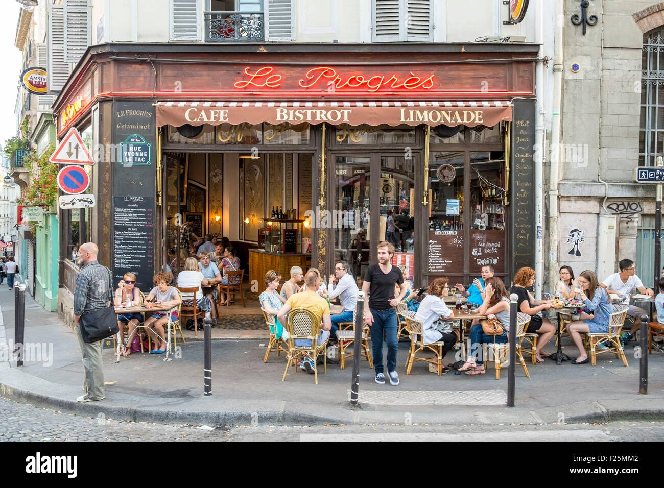 France paris montmartre district the cafe le progres for Le miroir restaurant montmartre