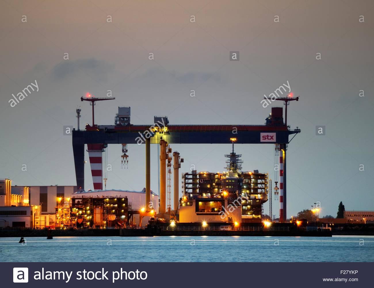 Massive chantiers de l atlantique shipyard construction for Chantiers de construction